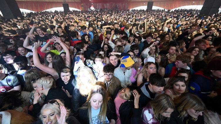 Des spectateurs lors d'un concert organisé à Liverpool (Royaume-Uni), le 2 mai 2021, où une foule de 5 000 personnes sans distianciation sociale était attendue. (PAUL ELLIS / AFP)
