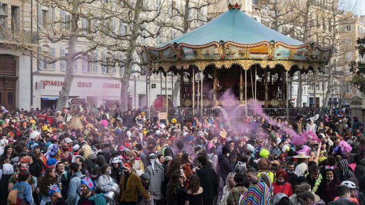 Des milliers de personnes participent à un carnaval sauvage sur la Canebière, à Marseille (Bouches-du-Rhône), le 21 mars 2021. (CHRISTOPHE SIMON / AFP)