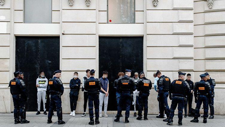 Des policiers contrôlent un groupe de jeunes sur les Champs-Elysées, le 14 juillet 2020 à Paris. (JAN SCHMIDT-WHITLEY/LE PICTORIUM / MAXPPP)