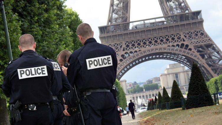 Un contrôle de police sur le Champ de Mars à Paris, le 7 juillet 2009 (photo d'illustration). (EMILIEN CANCET / AFP)