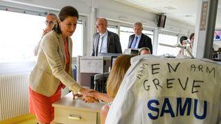 La ministre de la Santé, Agnès Buzyn, visite le service des urgences duCentre hospitalier de Saint-Martin-de-Ré (Charente-Maritime) à La Rochelle, le 12 juillet 2019. (XAVIER LEOTY / AFP)