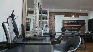 Après plusieurs semaines de fermeture forcée liée au confinement, les coiffeurs vont pouvoir rouvrir leurs salons à partir du lundi 11 mai. Les tarifs vont augmenter. Certains professionnels estiment qu'ils n'ont pas le choix à cause des mesures sanitaires imposées par les autorités. (FRANCE 2)