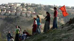 Manifestation sur la colline de la colonie E-1, située entre Jérusalem (Israël) et laCisjordanie, le 9 décembre 2007. (MENAHEM KAHANA / AFP)