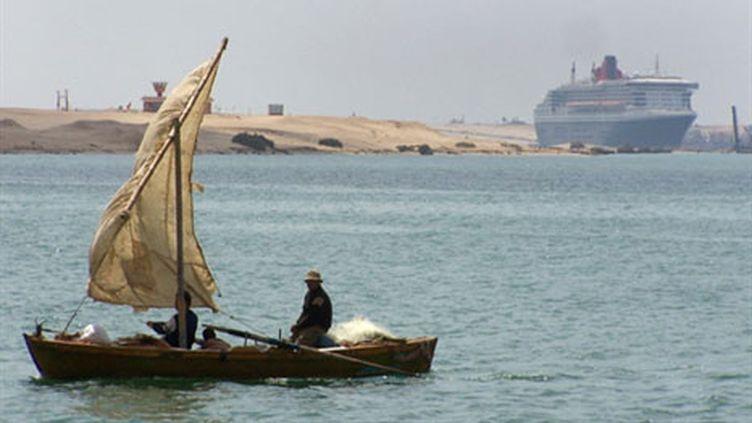 Le Queen Mary II dans le Canal de Suez: le tourisme et le Canal, deux sources de revenus pour l'Egypte (AFP/)