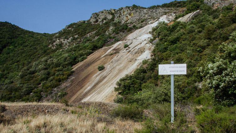 La verse de Nartau (Aude), où de l'arsenic est entreposé à l'air libre, le 26 juin 2019. (THOMAS BAIETTO / FRANCEINFO)
