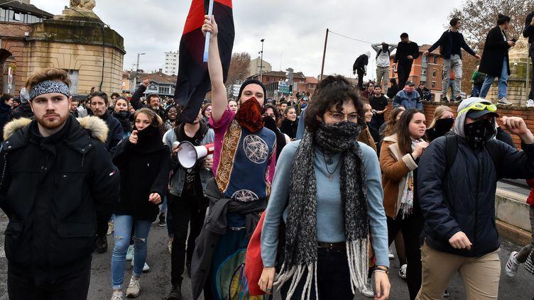 Des lycéens manifestent à Toulouse, le 4 décembre. (THIERRY BORDAS / MAXPPP)