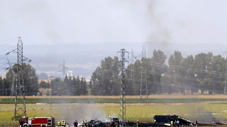 Des débris de l'avion militaire Airbus A400M qui s'est écrasé près de l'éaroport de Séville (Espagne), le 9 mai 2015. (MARCELO DEL POZO / REUTERS)
