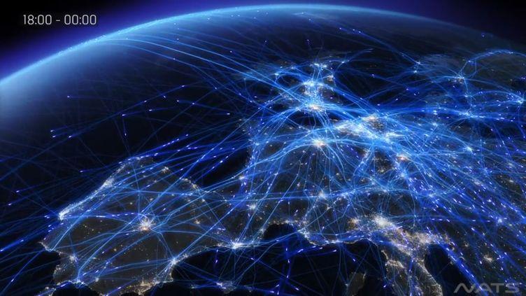 Capture d'écran d'une vidéo représentant 24 heures de trafic aérien dans le ciel européen. (VIMEO / FRANCETV INFO )