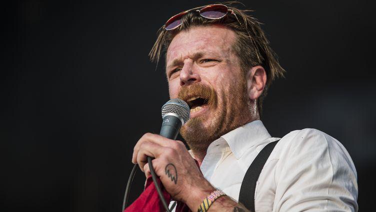 Jesse Hughes, le chanteur du groupe Eagles of Death Metal, le 17 août 2016 sur la scène du festival Pukkelpop à Hasselt (Belgique). (JONAS ROOSENS / BELGA MAG / AFP)