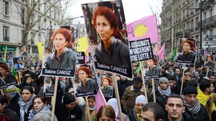 Paris, le 12 janvier. Des manifestants brandissent le portrait de Sakine Cansiz l'une des trois militantes kurdes du PKK assassinée à Paris. (ERIC FEFERBERG / AFP)