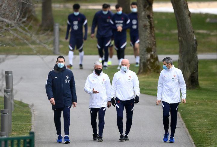 Didier Deschamps entouré de Franck Raviot, Guy Stephan et Franck Le Gall, à Clairefontaine-en-Yvelines, le 22 mars 2021. (FRANCK FIFE / AFP)