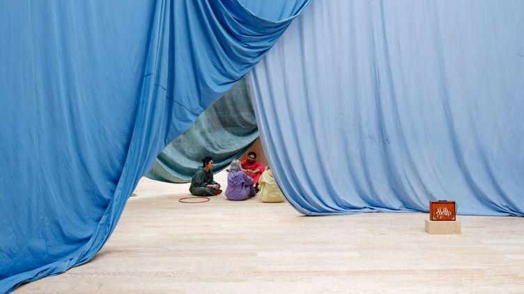 """Vue de l'exposition """"Le Milieu est bleu"""" d'Ulla von Brandenburg, Palais de Tokyo (21 février - 15 mai 2020) (photo : Aurélien Mole)"""