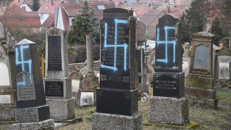 Les tombes profanées du cimetière deQuatzenheim, dans le Bas-Rhin, le 19 février 2019. (FREDERICK FLORIN / AFP)