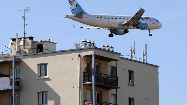 Un avion survolant des immeubles à Toulouse, 2 octobre 2012. (PASCAL PAVANI / AFP)