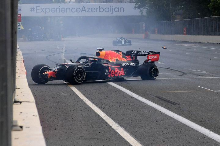 Max Verstappen (Red Bull) a violemment tapé le mur à Bakou dimanche 6 juin. (NATALIA KOLESNIKOVA / AFP)