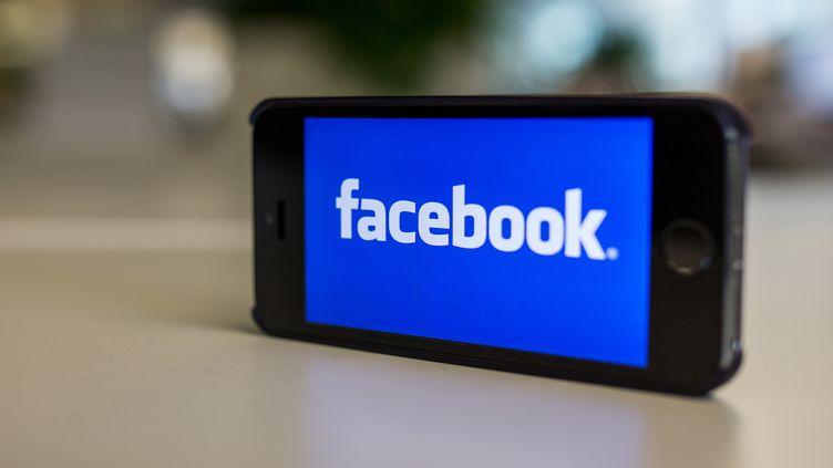 L'écran d'accueil facebook sur un iPhone 5, le 31 octobre 2014, à Berlin en Allemagne. (LUKAS SCHULZE / DPA)