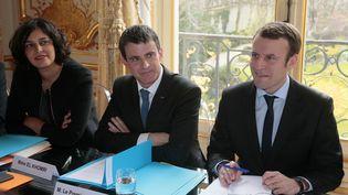 Myriam El Khomri,Emmanuel MacronetManuel Valls, lors des concertations sur la réforme du Code du travail, à Matignon, le 7 mars 2016. (JACQUES DEMARTHON / AFP)