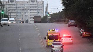 Des voitures de police escortent l'ambulance transportant Alexeï Navalny le 22 août 2020 à Omsk (Russie), lors du transfert médicalisé de l'opposant russe vers Berlin (Allemagne). (ALEXANDR KRYAZHEV / SPUTNIK)