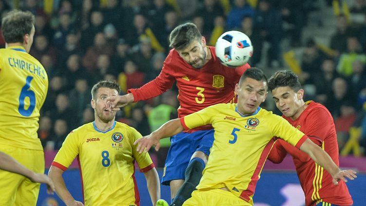 Le défenseur espagnol Gérard Piqué face au Roumain Ovidiu Stefan Hoban (ANDREI PUNGOVSCHI / AFP)