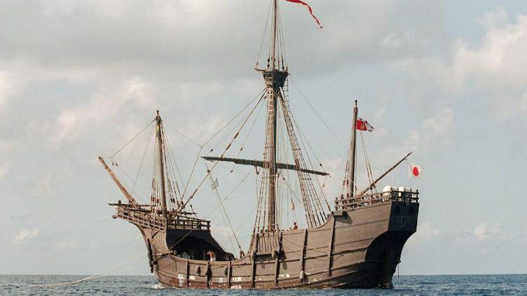 """Une réplique de la caravelle de Christophe Colomb, la """"Santa Maria"""", au large des Bahamas, le 5 octobre 1991. (ANDREW ITKOFF / AFP)"""