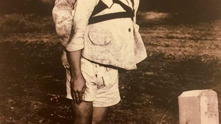 Photoprise par l'AméricainJoseph Roger O'Donnell montrant un jeune garçon, à Nasasaki (Japon), en 1945, portant son petit frère sur son dos en attendant son tour au crématorium. (NOTIMEX / AFP)