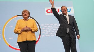 La chancelière Angela Merkel et le candidat conservateur Armin Laschet, lors d'un meeting de campagne à Berlin (Allemagne), le 21 août 2021. (MICHAEL KAPPELER / DPA / AFP)