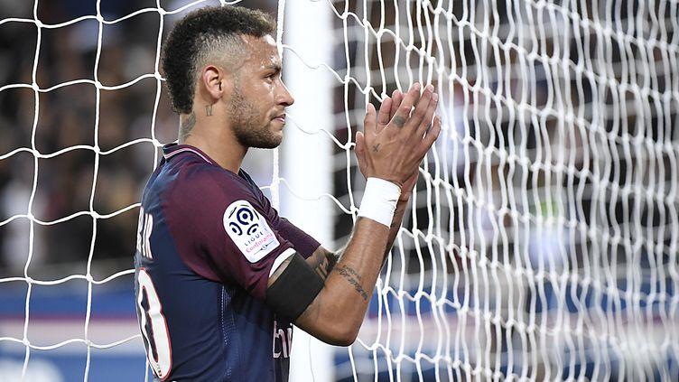 Un brassard noir porté par un joueur de Ligue 1 (BERTRAND GUAY / AFP)