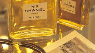 Empêcher l'utilisation de mousses d'arbre dans la composition du Chanel N°5, à l'origine de ses notes boisées distinctives, pourrait menacer l'existence du parfum, selon ses fabricants. (EMMANUEL VALENTIN.F / AFP)