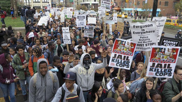 New York - Manifestation contre la décision du Grand Jury de ne pas inculper l'agent Darren Wilson dans la mort du jeune noir Michael Brown le 1er décembre 2014 (BILGIN S. SASMAZ / ANADOLU AGENCY)