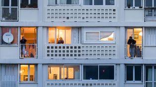 A Chambery, le 29 mars 2020, des personnes en confinement à leurs balcons. (VINCENT ISORE / MAXPPP)