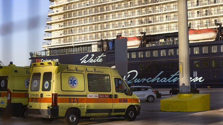 Une ambulance au portdu Pirée, après que 12 membres de l'équipage d'un navire de croisière ont été testés positifs au Covid-19, le 29 septembre 2020 à Athènes (Grèce). (DIMITRIS LAMPROPOULOS / NURPHOTO / AFP)