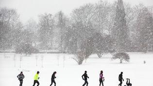Rien n'arrête un Danois qui veut faire son jogging, pas même plusieurs centimètres de neige comme ici à Aarhus (Danemark) le 9 décembre 2012. (JAN DAGO / SIPA)