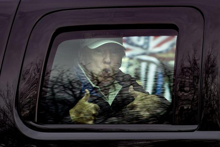 Donald Trump salue ses supporters à la fenêtre de sa voiture après une partie de golf dans son club de Sterling (Virginie), le 22 novembre 2020. (TASOS KATOPODIS / GETTY IMAGES / AFP)