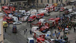 Les services de secours se déploient devant la station de métroSennaïa Plochiad, après un attentat dans le métro de Saint-Pétersbourg (Russie), le 3 avril 2017. (REUTERS)