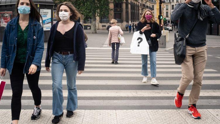 Des passants réinvestissent les rues de Paris au lendemain du déconfinement, le 12 mai 2020. (LAURENCE KOURCIA / HANS LUCAS / AFP)