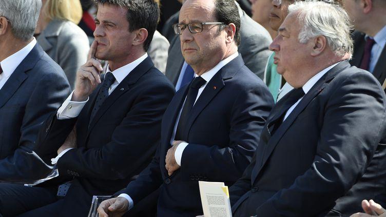 Manuel Valls (droite) et François Hollande lors de l'entrée au Panthéonde quatre figures de la Résistance, à Paris, le 27 mai 2015. (MARTIN BUREAU / AFP)