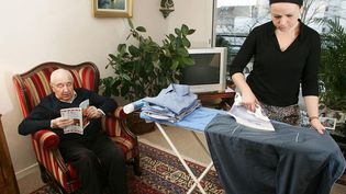 Une employée à domicile à Nantes, en 2005. (MAXPPP)