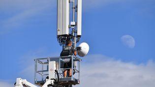 Un travailleurse trouve sur une plateforme pour manipuler une antenne-relais en Bavière (Allemagne), le 30 juin 2020. (FRANK HOERMANN /SVEN SIMON / AFP)