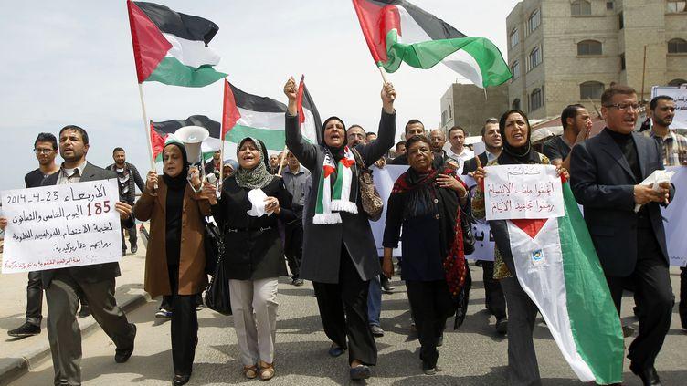 Des Palestiniens célèbrent l'accord conclu entre l'OLP et le Hamas dans les rues de Gaza (Palestine), mercredi 23 avril 2014. (SAID KHATIB / AFP)