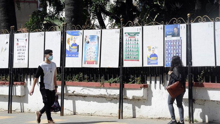 Des affiches des candidats auxlégislatives à Alger, le 29 mai 2021. (MOUSAAB ROUIBI / ANADOLU AGENCY)