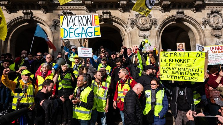 """Des""""gilets jaunes"""" sont rassemblés devant l'Opéra de Paris, le 17 février 2020. (JEROME GILLES / NURPHOTO / AFP)"""