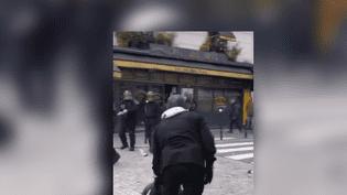 Un homme casqué a été filmé en train de porter des coups à un manifestant, le 1er mai 2018, sur la place de la Contrescarpe à Paris. (MLM - NIBIRU / YOUTUBE)