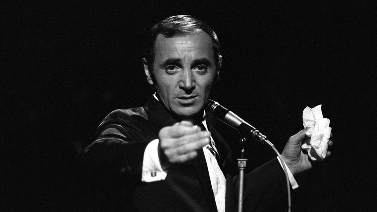 """Charles Aznavour lors de l'enregistrement de l'émission """"Palmarès des Chansons"""", très probablement en train de chanter """"La Bohème"""", en novembre 1966...  (Bernard Pascucci / Ina / AFP)"""