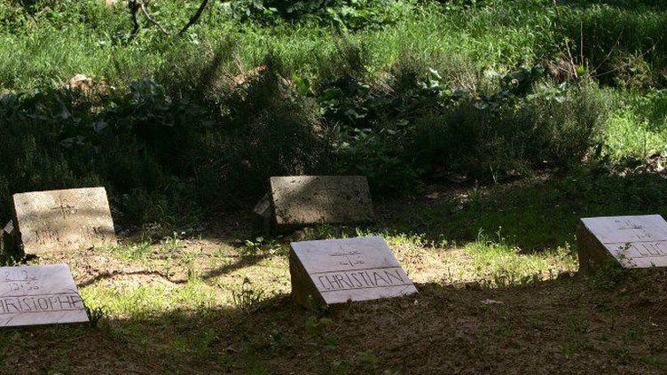 Photoprise le 22 mars 2006des tombes de trois des sept moines enlevés en mars puis tués le 21 mai 1996. Les sépultures sont situées dans lemonastère de Médéa, à 90 km au sud d'Alger, dans l'Atlas algérien. (FAYEZ NURELDINE / AFP)
