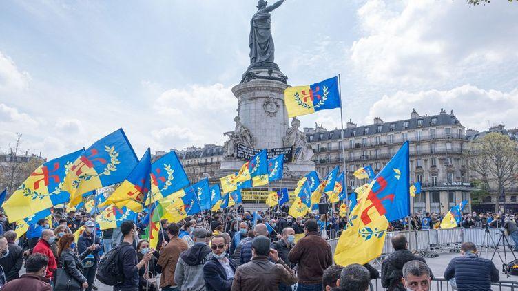 Rassemblement du Mouvement pour l'autodétermination de la Kabylie (MAK), place de la République à Paris, le 18 avril 2021. (SAMIR MAOUCHE / HANS LUCAS)