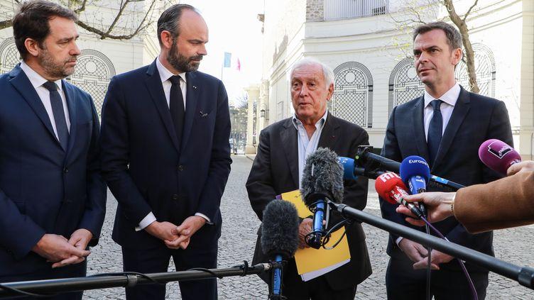Le président du Conseil scientifique, Jean-François Delfraissy (le troisième en partant de la gauche), le 13 mars 2020 à Paris, aux côtés du ministre de l'Intérieur, Christophe Castaner, du Premier ministre, Edouard Philippe, et du ministre de la Santé, Olivier Véran. (LUDOVIC MARIN / AFP)