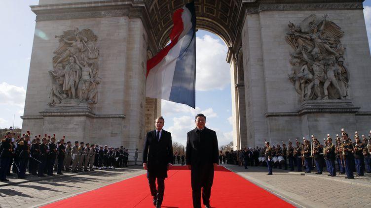 Les présidents français et chinois sous l'Arc deTriomphe à Paris, lundi 25 mars 2019. (FRANCOIS MORI / POOL / AFP)