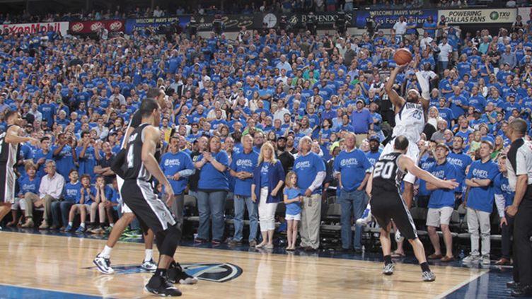 Vince Carter (Dallas Mavericks) shoote devant Manu Ginobili (San Antonio Spurs) (DANNY BOLLINGER / NBAE / GETTY IMAGES)