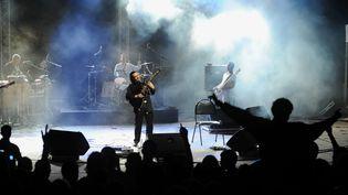 Le chanteur Sidi Bémol en concert à Alger, le 11 septembre 2008. (FAYEZ NURELDINE / AFP)