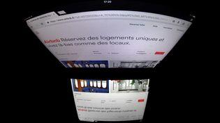 Une capture d'écran du site Airbnb, le 2 mars 2017, à Paris. (LIONEL BONAVENTURE / AFP)